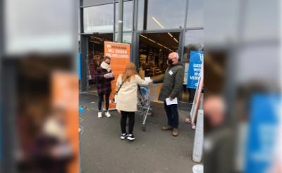 <p>Vrijwilligers van de Voedselbank flyeren bij de deur van supermarkt Albert Heijn. Ze vroegen klanten om extra spullen te kopen. (Foto: eigen collectie).&nbsp;</p>