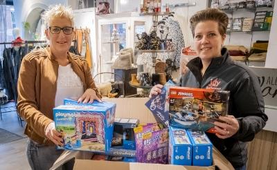 <p>Natasja Willems (links) zet zich voor het tweede jaar op rij in om speelgoed ook bij kids in gezinnen met een smallere beurs te krijgen. (Foto: Peter de Koning).</p>