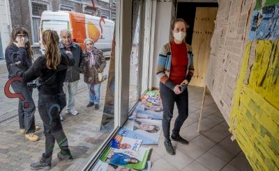 <p>De jonge Boxtelse kunstenaar Ren&eacute;e van Oploo bij de kunstzinnige vertaling van de Boxtelse gemeentebegroting. Op straat spreekt een collega van haar passanten aan om voorstellen te doen voor noodzakelijke bezuinigingen. (Foto: Peter de Koning). </p>