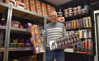 <p>Maurice van Hommel van de vuurwerkgigant verkoopt dit jaar alleen nog kindervuurwerk en feestartikelen en -kleding. (Foto: Rens van den Elsen).</p>