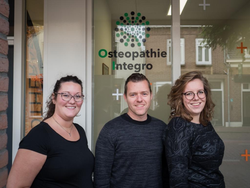 <p>Osteopaten Linda Goverde, Patrick van Weert en Ellen Ceelen (van links naar rechts). Van Weert en Ceelen zijn werkzaam in Esch, Goverde houdt praktijk in Hilvarenbeek. (Foto: eigen collectie).</p> Foto: Eigen collectie ©