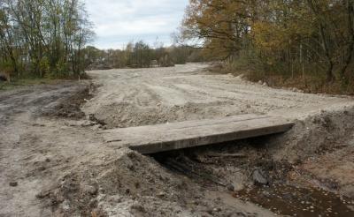 <p>Een betonnen brug over de Heiloop is gesloopt en maakt in de toekomst plaats voor een nieuw exemplaar. Wandelaars kunnen nu gebruik maken van een tijdelijke voorziening. (Foto&#39;s: Marc Cleutjens).</p>