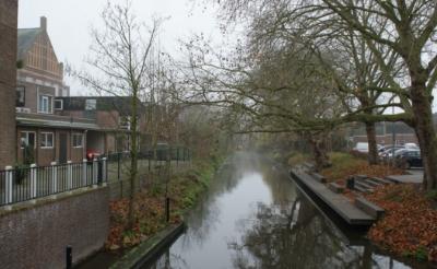 <p>Zicht op de Dommel nabij het parkeerterrein aan de Prins Hendrikstraat. Op deze plek zou de gemeente Boxtel graag een brug aanleggen om de Burgakker &ndash; via de bibliotheek &ndash; te verbinden met het &lsquo;Zwaanse Plein&rsquo;. Ook aan de overzijde van de Dommel moeten zitbanken komen.<br><br></p>