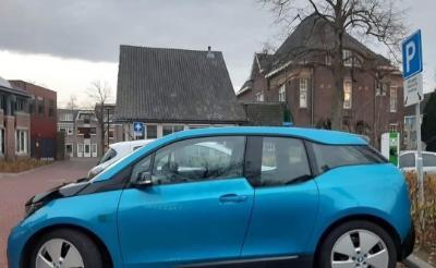 <p>Deze blauwe BMW i3 is onlangs toegevoegd aan het wagenpark van Samen Slim Rijden in Boxtel. Er zijn nu drie deelauto&#39;s beschikbaar. (Foto: Transitie Boxtel).</p>