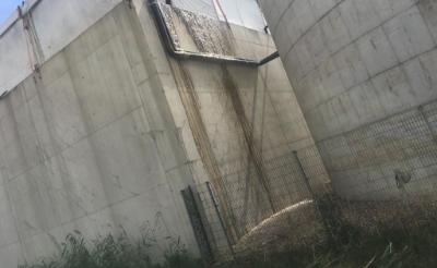 <p>De feesttent die op een van de silo&#39;s is gemonteerd om kans op legionellabesmetting te verkleinen, wordt verwijderd. De oplossing, een drijvend ponton, is al in werking. Het is een van de maatregelen om de problemen bij HydroBusiness en Vion op te lossen. (Foto: eigen collectie). </p>