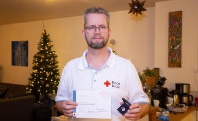 <p>Bas Versteegen uit Boxtel kreeg vorige week een herinneringsspeld van het Rode Kruis voor zijn inzet tijdens de coronacrisis.</p>