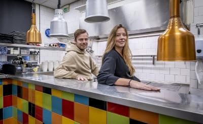 <p>Souschefs Suzan van der Steen en Rik Mimpen verruilen hun werkplek in restaurant De Rechter in Boxtel voor de keuken van zorgcentrum Sint-Joris in Oirschot. Ze helpen een handje in de door corona overbelaste zorg.</p>