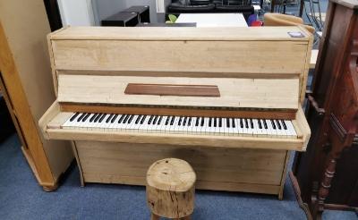 <p>Saskia Vermaesen - Poirters is al anderhalf jaar op zoek naar de piano van haar zus Susanne, die zichzelf in juni 2019 van het leven beroofde. In een ultieme poging het instrument terug te vinden, schakelt zij de media in. </p>