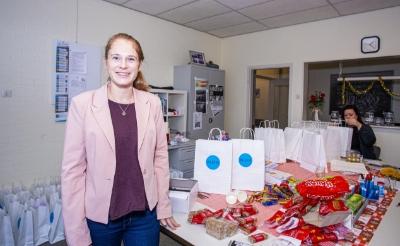 <p>Buurtondersteuner Femke Sweep van ContourdeTwern in het nieuwe Kletspunt Selissenwal. Daar was ze vorige week bezig om goodiebags voor vrijwilligers samen te stellen. (Foto&#39;s: Bas van den Biggelaar).</p>