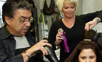 <p>Kapper Alonso Guerrero werd in 2009 samen met zijn partner Brigitte gefotografeerd na een restyling van zijn salon.</p>