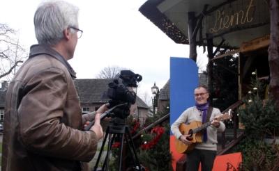 <p>Initiatiefnemer Xaveer van Lokven (links) interviewt Jan van der Heijden voor de welkomstfilm die tijdens oudjaarsavond vanaf 20.00 uur wordt uitgezonden op Omroep Dommelland. (Foto: Gerard Schalkx).</p>