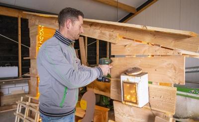<p>Jeroen van Kessel bouwt een kerststal van afvalhout. De beelden heeft hij met een figuurzaag vormgegeven. ,,In het buitengebied mag zo&#39;n kerstgroep best groot zijn, ik heb ruimte genoeg.&quot; (Foto: Bas van den Biggelaar).</p>