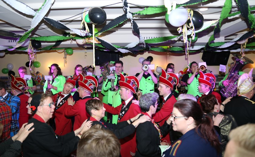 De Aggemarvanhuisaf Band heeft de kriebels en krabt deze met iedereen weg tijdens het Karnavals Kriebel Konsert.