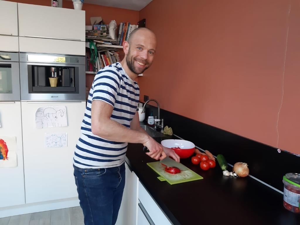 Ook John van Beek heeft zich aangesloten bij de thuiskoks die ouderen en anderen die door omstandighede niet zelf kunnen koken bijstaan. Foto:  ©