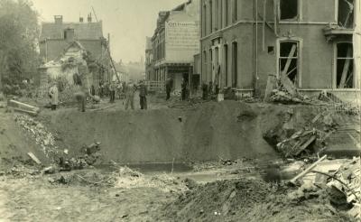 <p>In de Rechterstraat bliezen terugtrekkende Duitsers in oktober 1944 de Zwaanse Brug op. Op de plek van het pand rechts is na de oorlog het dubbele winkelpand gebouwd waarin nu opticien Pearle en drogisterijketen Kruidvat zijn gevestigd. (Foto: collectie Beeldbank Boxtel).</p>