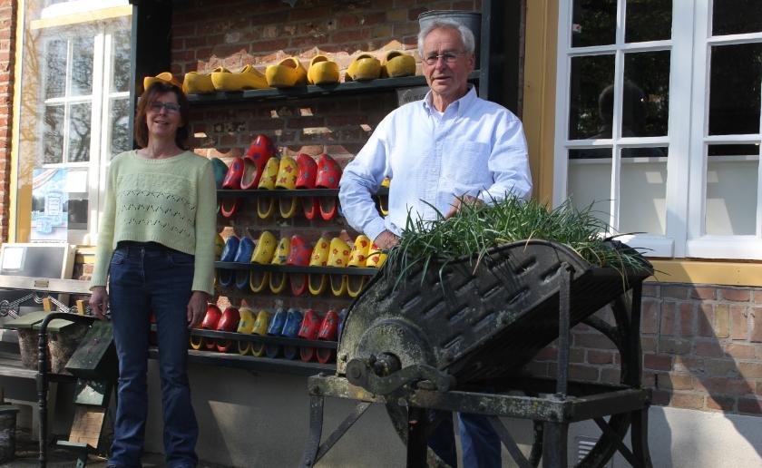 Maria Jeurissen en Emile Lockefeer bij de gesloten kinderboerderij waar het doorgaans een vrolijke boel is.