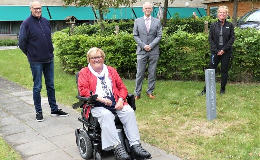 Afgelopen week werd de door kunstenaar Marten Groen gemaakte Stiltezuil bij Het Wereldhuis onthuld. Foto: Ad van de Wetering