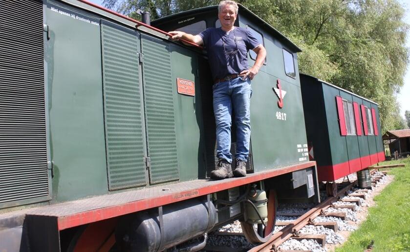 Jos Sanders kocht een tuinhuisje in de vorm van een locomotief die precies past bij het nabij gelegen Duits lijntje. Foto wendy van Lijssel