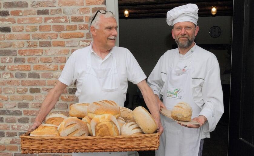 Bakkers Stephan van den Meulebrouck (rechts) en Frank Bax zijn trots op hun producten. (Foto: Ruud van Nooijen).