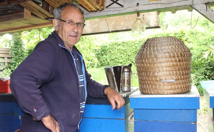 Jan van den Langenberg is actief op allerlei fronten, waarbij hij imker is, lid van de bijenvereniging en korven vlecht. Foto: Wendy van Lijssel