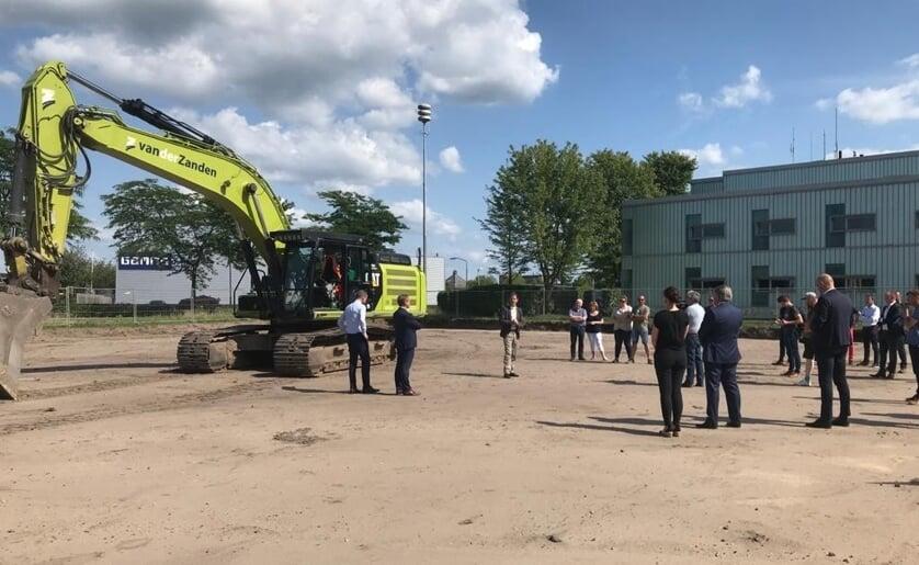 Wethouder Peter van de Wiel, Clemi van Wanrooij directeur Van Wanrooij Projectontwikkeling en Jan van Peer van bouwbedrijf van Peer.