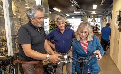 <p>Lian Swinkels uit Esch won vorig jaar tijdens &#39;Wees Loyaal, Koop Lokaal en Win&#39; een elektrische fiets. Samen met haar man Paul nam ze begin juli haar rijwiel in ontvangst uit handen van Evert Lans van Elan Bike Support aan de Markt in Boxtel. </p>