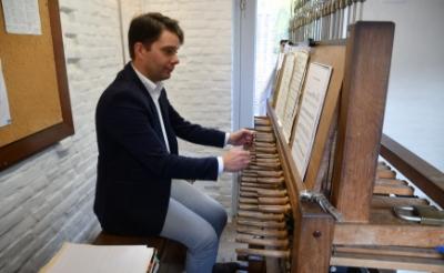 Mathieu Polak bespeelt een carillon. Zondag 26 juli geeft hij een concert op de beiaard in de Boxtelse Sint-Petrustoren. (Foto: eigen collectie).