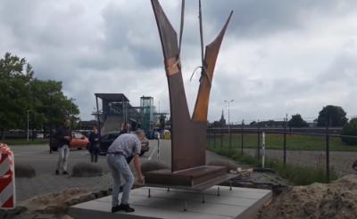 Het vier meter hoge kunstwerk Edelhert is op een vooraf gestort fundament aan de achterkant van het NS-station geplaatst. (Foto: Henk van Weert).