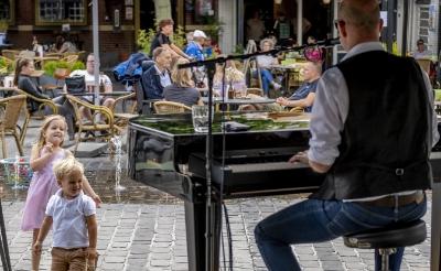 Afgelopen zondag vermaakte een muzikant van de Crazy Piano's uit Scheveningen uit uitgaanspubliek op de Boxtelse Markt. (Foto: Peter de Koning).