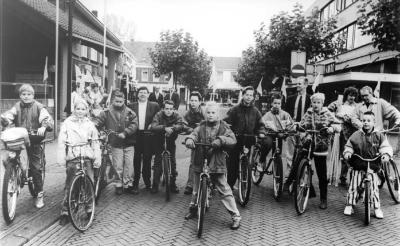 Leerlingen van basisschool De Beemden ontvingen als eersten de oranje fietsvlaggetjes uit handen van locoburgemeester Ricky van den Aker (vierde van links). Geheel rechts schooldirecteur Norbert Klok in gesprek met voorlichtster Lidy Ietswaart van de gemeente.