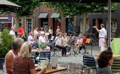 't Brukels Muziekske strooide in augustus al vrolijke klanken over de Marktterrassen in hartje Boxtel. (Foto: Albert Stolwijk).