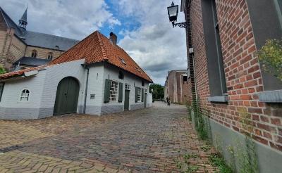 Bewoners van de omgeving de Koppel en Duinendaal kunnen via deze weg langs het Kanunnikenhuisje de Mgr. Bekkersstraat bereiken. Zo worden zij ontsloten van hun wijk.