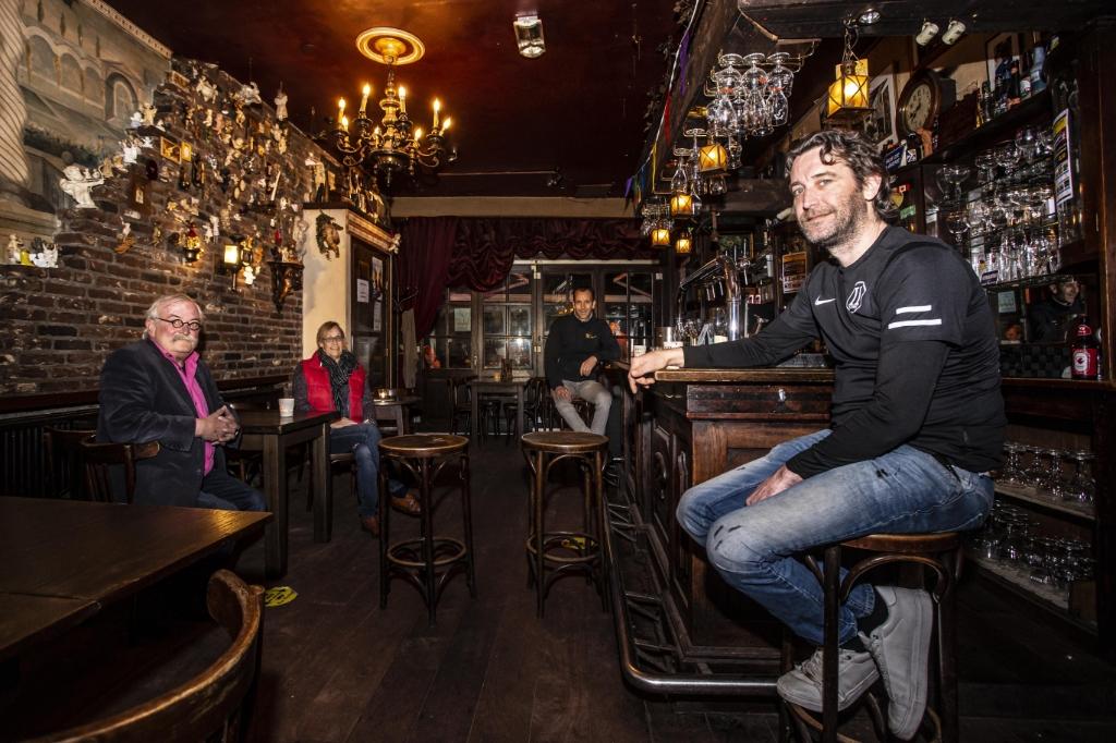 <p>Martijn en Rob Voets aan de bar van caf&eacute; Becoloth. Links vader en moeder Willem en Wilma, die de kroeg aan de Rozemarijnstraat in 1991 overnamen. De familie blijft positief over de toekomst van hun kroeg. (Foto: Bas van den Biggelaar).</p>