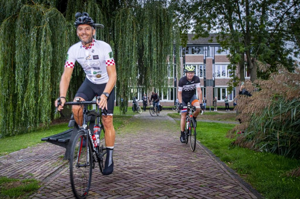 Ruud van der Meijden (links) fietst duizend kilometer om geld bijeen te brengen voor baanbrekend onderzoek naar hart- en vaatziekten door Boxtelaar Rogier Veltrop.