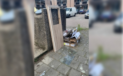 Bij de container die bedoeld is voor bewoners van appartementencomplex Den Bongerd, wordt meer dan eens afval gedumpt of grofvuil gezet. Henny Lammers ergert zich daaraan. Met de invoering van een pasjessysteem zou het dumpen van restafval verleden tijd moeten worden. (Foto: eigen collectie).