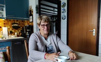 <p>Maria Olislagers (73) uit Esch aan haar keukentafel, waar ze eerst altijd met haar man Jo zat. (Foto: Jules Hameleers). </p>