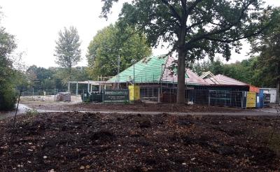 Blik vanaf de Eikenlaan op paviljoen Molenwijk. De bomen en bosschages op de voorgrond zijn gerooid.