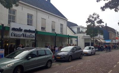 Mede vanwege coronamaatregelen vormt zich een lange rij koopjesjagers in de Boxtelse Stationsstraat.