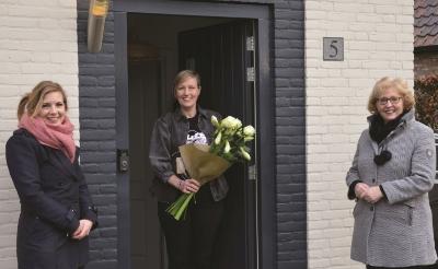 <p>Marissa van de Loo van het stichtingsbestuur en wethouder Lianne van der Aa namens de gemeente Sint-Michielsgestel overhandigen een attentie aan de bedenkster van de naam, Ilse Mandos. Josien den Otter heeft het logo ontworpen.</p>
