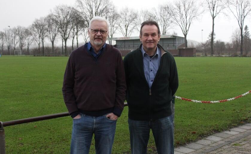 <p>Johan (l) en Frans (r) zijn al heel lang aangesloten bij LSV en hopen in de toekomst weer jeugdelftals te verwelkomen. Foto: Wendy van Lijssel.</p>