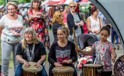 <p>Bazaar Boxtel in 2015. Het multiculturele evenement in park Molenwijk wordt gehouden, staat al jaren op de agenda. Voorzitter Michel Verhoeven verwelkomde vorig jaar drie nieuwe bestuursleden, maar die wachten nog op hun debuut. Verhoeven: ,,Ze staan te popelen!&quot;</p>