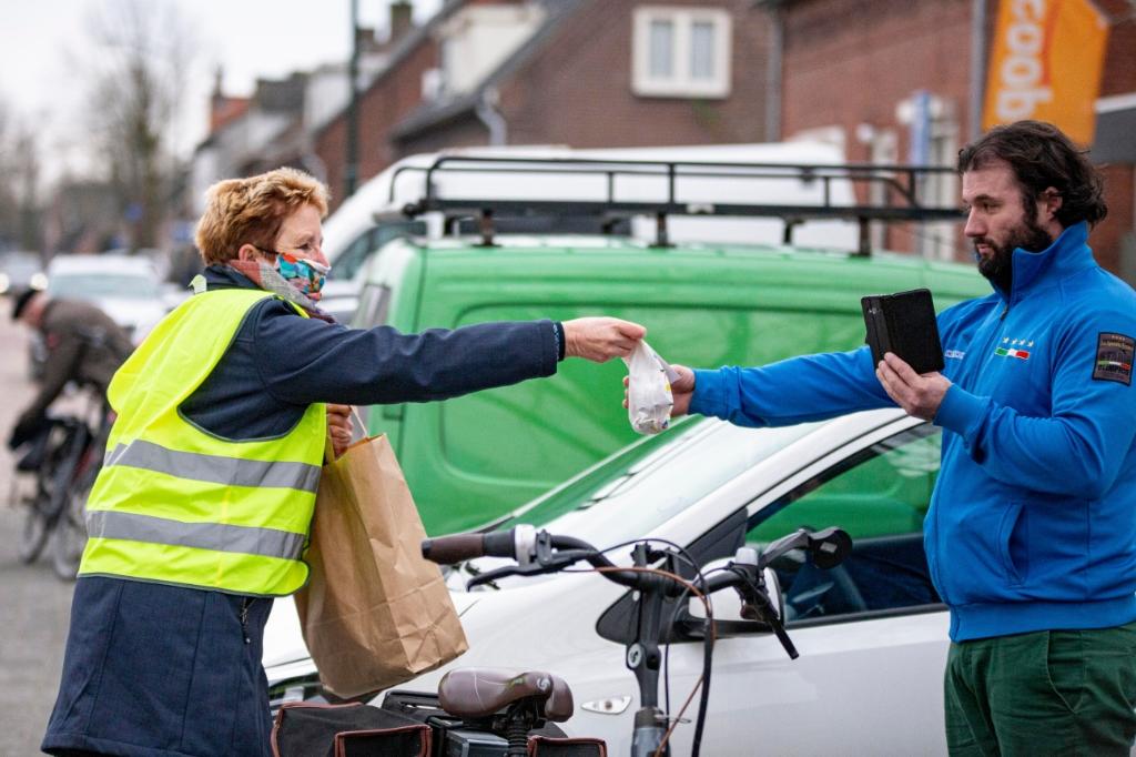 <p>Vrijwilligers van BELL delen oliebollen uit. (Foto: Bas van den Biggelaar).</p> Foto: Basman Creëert - Bas van den Biggelaar ©