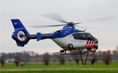 Een politiehelikopter landt in Gemonde. Samen met de marechaussee hield de politie twee motorcrossers aan. (Foto: Jesse van den Broek).