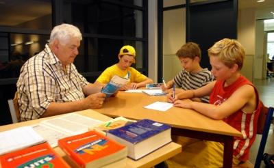 <p>Leo van Dongen begeleidt leerlingen van het Jacob-Roelandslyceum in de huiswerkklas. De Boxtelse docent bleef dat doen tot zijn tachtigste verjaardag. (Foto: Albert Stolwijk, 2006).</p>