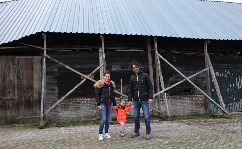 <p>Sanne, Elise en Bart van Gils willen heel graag de eeuwenoude schuur in originele staat terug brengen. Foto: Wendy van Lijssel.</p>