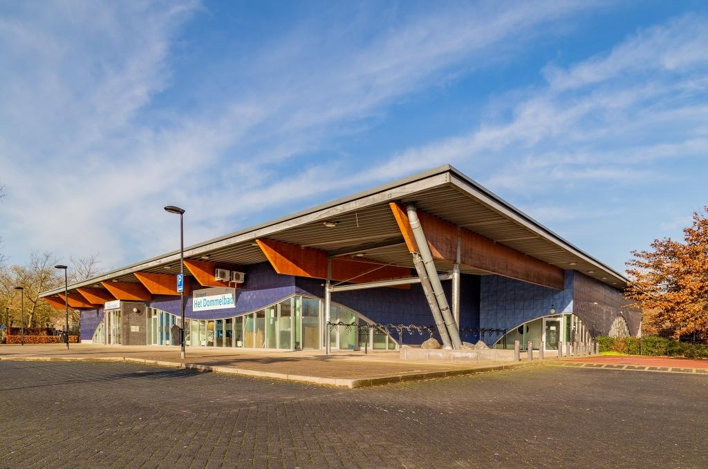 <p>Het pand van het Dommelbad is in handen van de gemeente Boxtel, maar mogelijk kan die het gebouw verkopen om extra inkomsten te genereren. Het is een van de voorstellen waar inwoners binnen de kerntakendiscussie over mogen oordelen. (Foto: Hans van Doorn).</p>