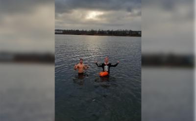 <p>Liempdenaar Collin van Dijk (links) tijdens zijn nieuwjaarsduik in de Tilburgse surfplas. Naast hem Bj&ouml;rn van Eenaeme, een ervaren koudwaterzwemmer. (Foto: eigen collectie).</p>
