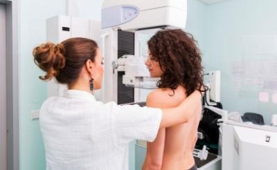 <p>Vanwege corona én personeelstekort krijgen vrouwen tussen de 50 en 75 niet om de twee, maar om de drie jaar een uitnodiging van het bevolkingsonderzoek borstkanker.</p>