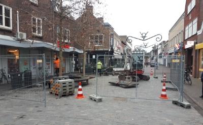 Jos Kanters Groenvoorziening is vandaag gestart met het verplanten van de platanen in de Rechterstraat. Ook die in de Rozemarijnstraat worden verplaatst naar een andere plek in Boxtel.