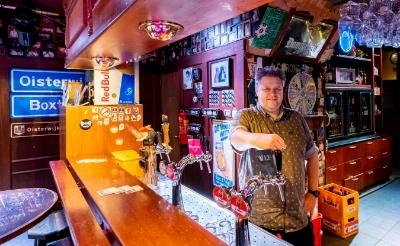 """<p pstyle=""""Foto"""">Ruim 22 jaar geleden startte horecaman William van Dinther met &#39;t Hart van Boxtel. Het caf&eacute; staat nu te koop en het pand te huur. De uitbater gaat zich met zijn vrouw Riekske richten op eetcaf&eacute; De Oude Ketting aan de Bosscheweg. (Foto: Peter de Koning).</p>"""